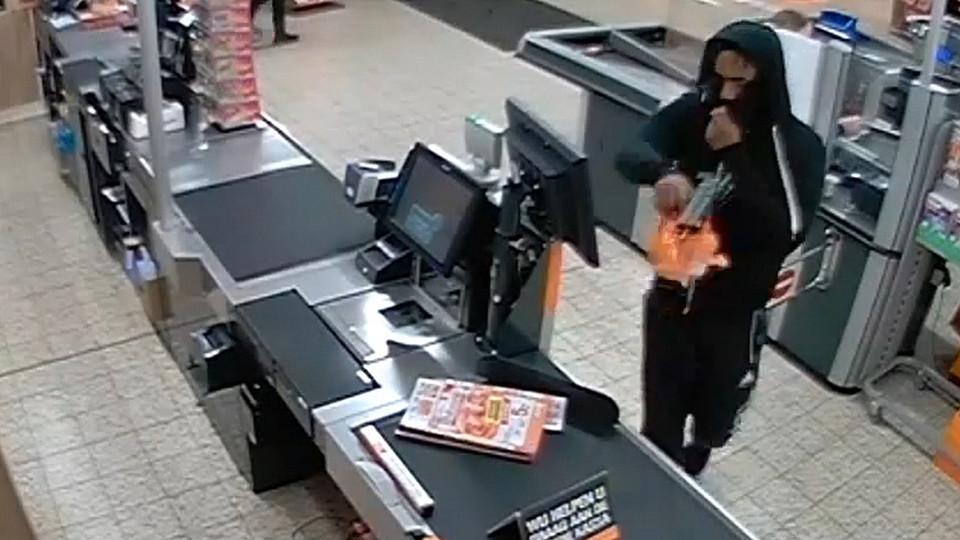 De dader droeg in Zutphen geen masker. Zijn wapen verloor hij op zijn vlucht.