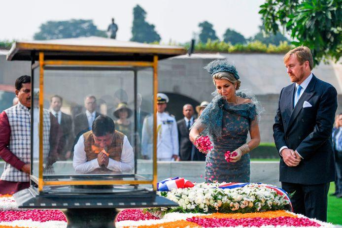 Koning Willem-Alexander en koningin Máxima strooien rozenblaadjes op de gedenkplaats voor Mahatma Gandhi.