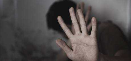 Vrouw steekt vriend met schaar in Kampen: 'Na mijn miskraam besloten me nooit meer te laten slaan'