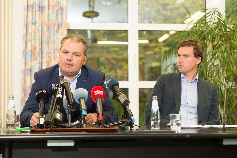 De burgemeester van Evergem, Joeri De Maertelaere en de Gentse burgemeester Mathias De Clercq tijdens een legionella-persconferentie.