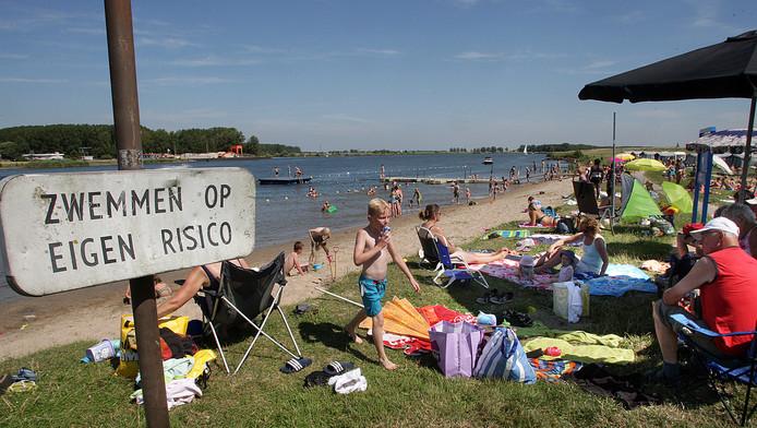 Zwemmen in het Costa del Spui is nu nog op eigen risico, maar mogelijk komt er binnenkort een zwemverbod.