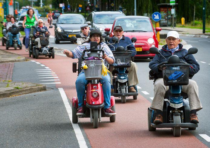 Scootmobielers in optocht over de Rembrandtlaan.