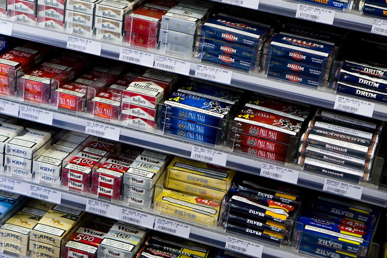 Sigaretten en andere rookwaar bij een supermarkt.