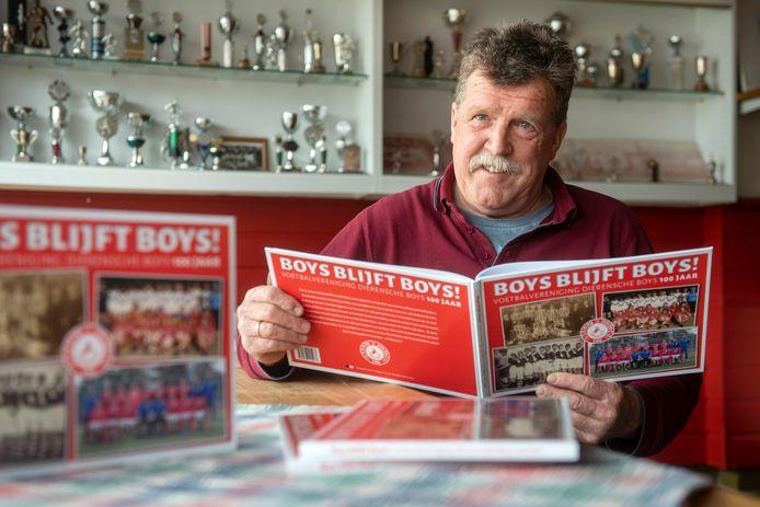 Sjaak Corbijn, bestuurslid van Dierensche Boys, met het jubileumboek.