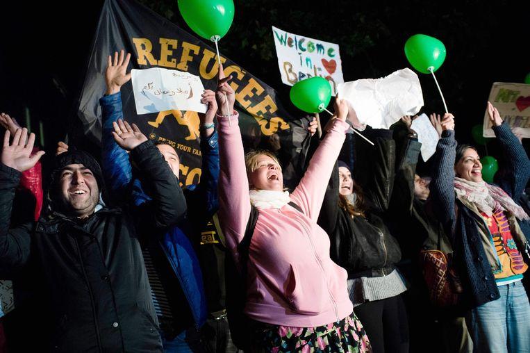 Duitsers verwelkomen vluchtelingen die in Berlijn arriveren. Beeld epa