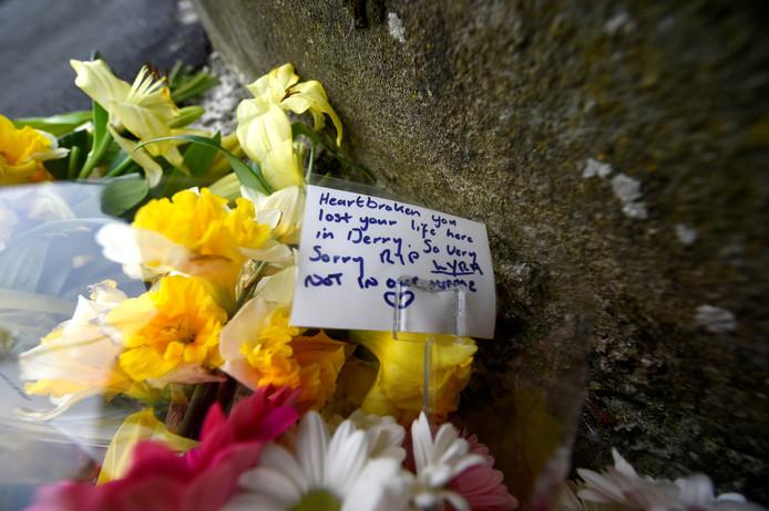Bloemen op de plek waar Lyra McKee om het leven kwam.