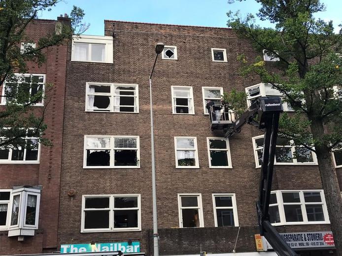 Bij de plofkraak in de Haarlemmermeerstraat waren veel ruiten gesprongen.