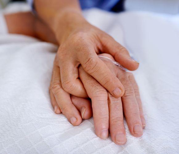 Martines man, waarmee ze vijftig jaar getrouwd was, stierf aan corona. In het ziekenhuis beleefden ze hun laatste dag samen.
