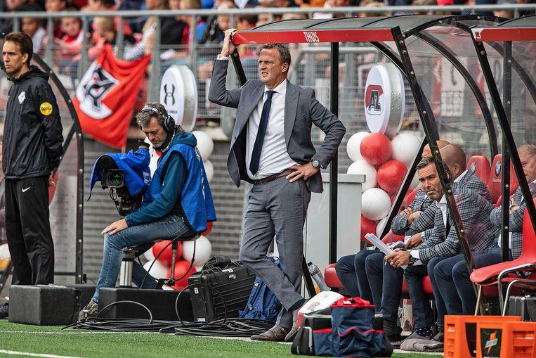 John v. Brom staat ietwat lamlendig in zijn dugout, de wedstrijd stelde teleur en eindigde in 0-0. Beeld Guus Dubbelman / de Volkskrant