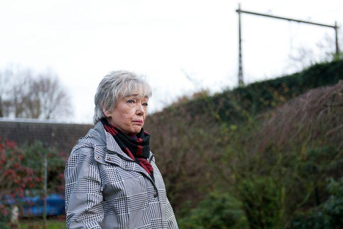 Eline van den Brink uit Holten wil dat goederentreinen verdwijnen van de sporen door steden als Zutphen en Deventer.