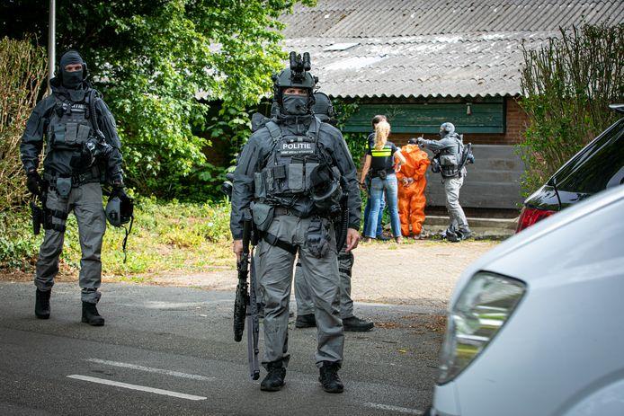 Zwaarbewapende agenten in Drempt.