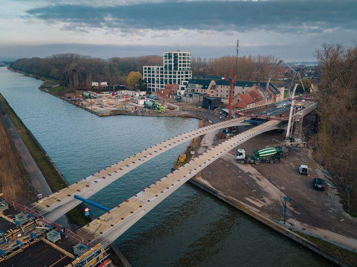 Een drone van stortbedrijf Declercq maakte spectaculaire beelden van de werf van de nieuwe Dorpsbrug.