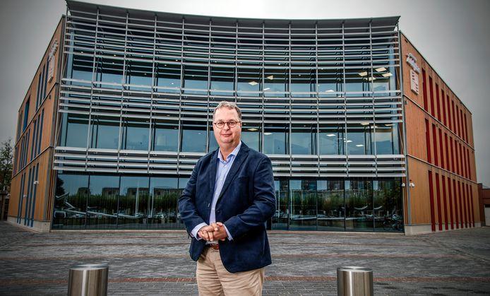 Burgemeester Han Weber heeft per videoboodschap inwoners van zijn gemeente Zuidplas opgeroepen aan hun naasten te denken als ze worden gevraagd coronaregels na te leven.