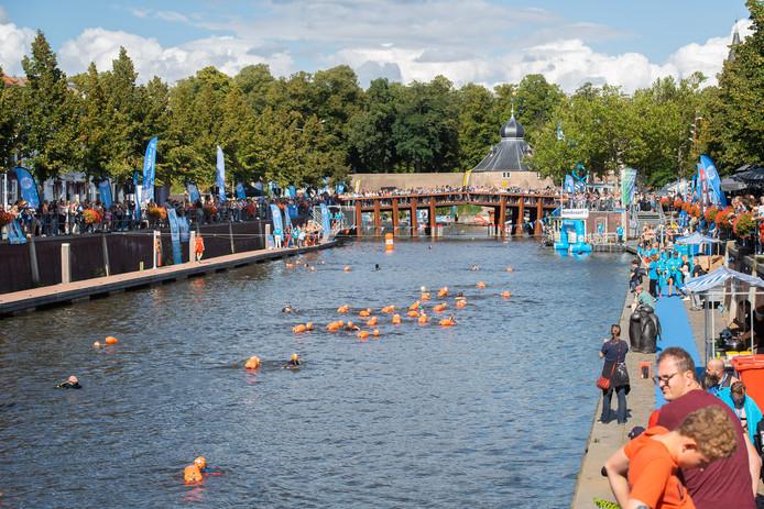 Breda - Pix4Profs/René Schotanus. Swim to fight cancer. Het gedeelte waar de kinderen zwemmen.