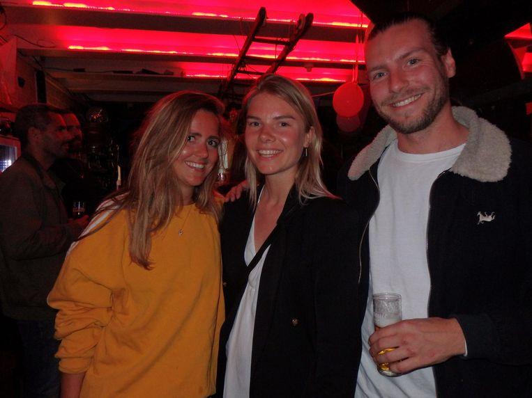 Brandambassadeur van Jajem Sarah Alberti (l), Elise Braas (Café de Paris/Terpentijn) en Renze ten Cate (Terpentijn), die ook met zijn eigen wodka White Label komt Beeld Schuim