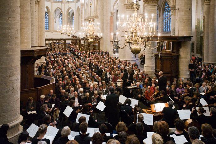 Een eerdere uitvoering van de Matthäus Passion in de Grote Kerk in Breda die dit jaar door het coronavirus niet kan doorgaan. Voor de duizend liefhebbers die een kaart weten te bemachtigen een jaarlijks hoogtepunt.