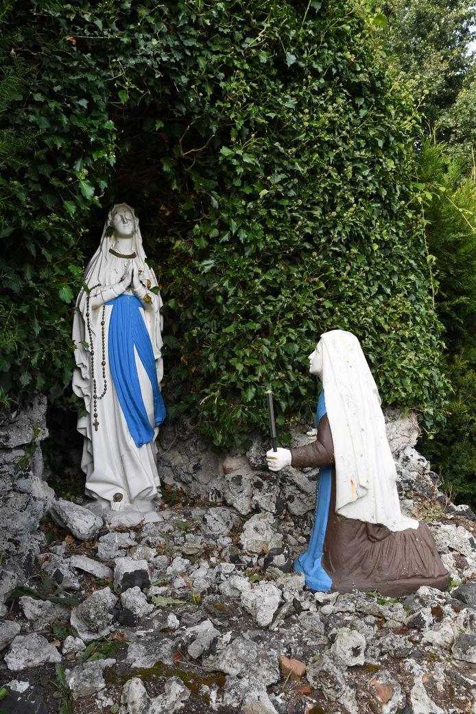 De Lourdesgrot in de tuin achter het door de zusters van Liefde verlaten klooster Nieuwenhof, dat in Moergestel aan de overzijde van zorgcentrum Stanislaus op een nieuwe bestemming wacht.