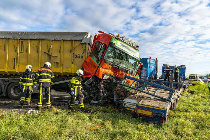 Botsing tussen twee vrachtwagens zorgt voor urenlange vertraging op A59.