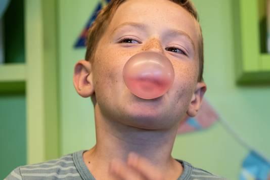 Luke Peters uit Wijchen probeert een zo groot mogelijke bel te blazen van kauwgom in de Wijchense bibliotheek.