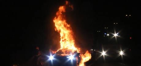 Auto vliegt 'zomaar' in brand op A50 bij Loenen