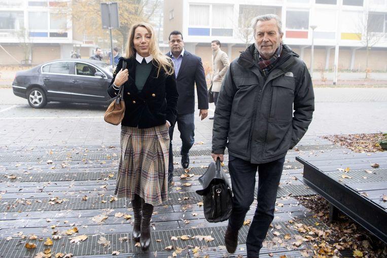Aysel Erbudak (links) arriveert met haar advocaat bij de rechtbank.  Beeld ANP