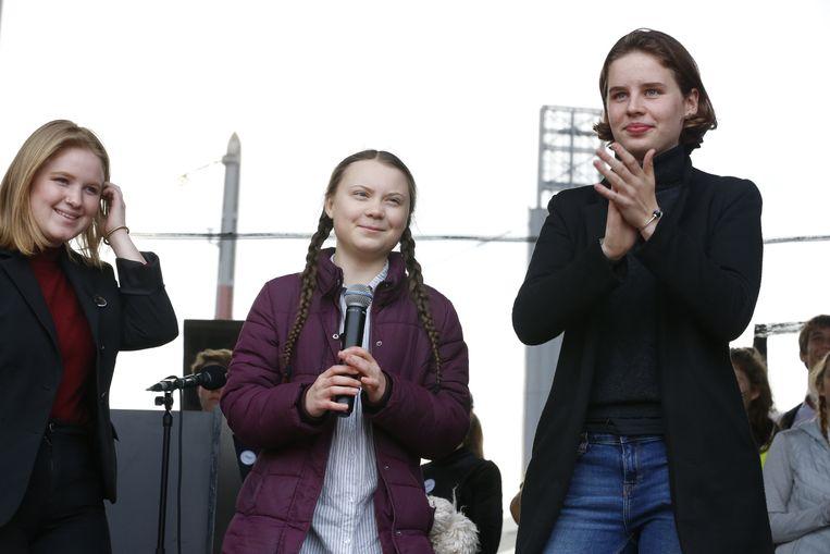 Activisten Kyra Gantois, Greta Thunberg en Anuna De Wever op het podium na de zevende klimaatmars die aan Brussel-Zuid haar eindpunt bereikte.