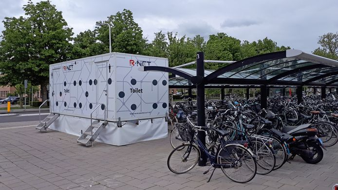 De toiletwagen bij het station in Sliedrecht werd zo vaak vernield dat deze nu is weggehaald.