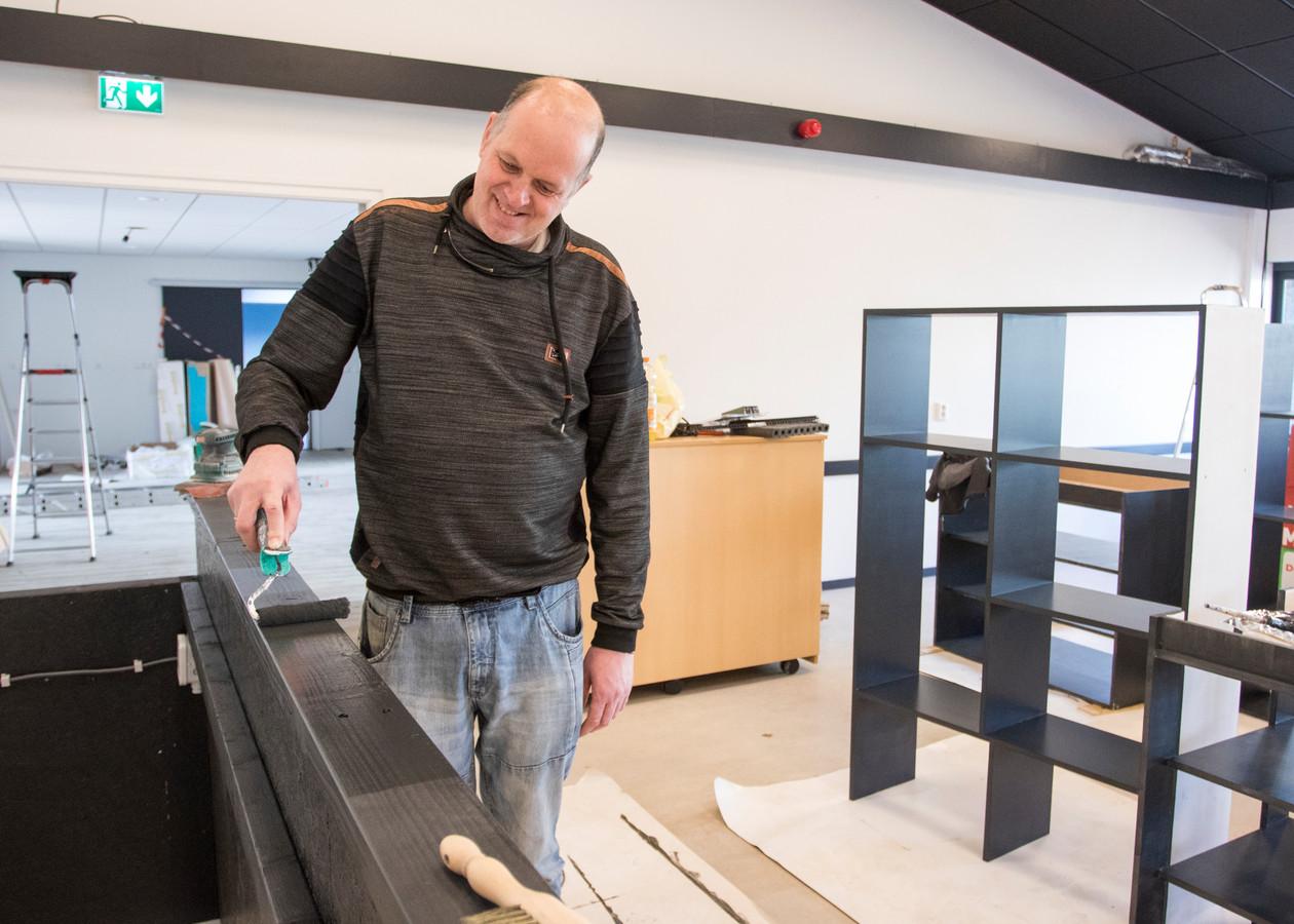 Ronny Menheere verft de nieuwe bar van buurthuis De Pit in Goes.