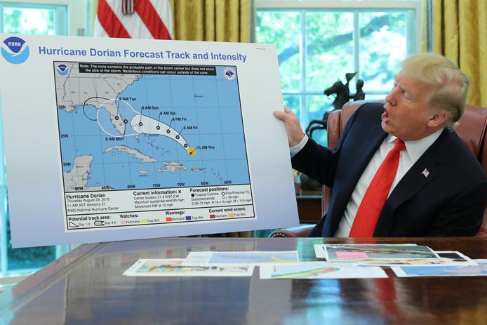De Amerikaanse president Donald Trump toont een kaart van de originele koers van orkaan Dorian, maar die lijkt uitgebreid met een zwart lijntje om ook Alabama te omvatten.