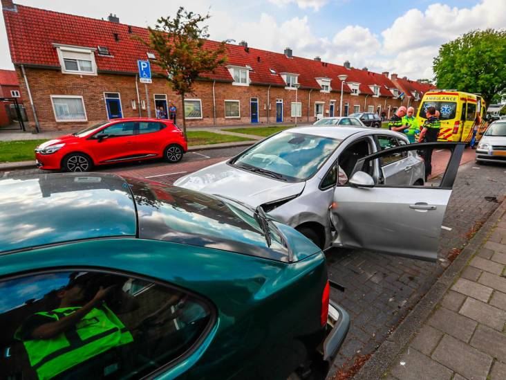 Man veroorzaakt kettingbotsing met drie geparkeerde auto's in Eindhoven