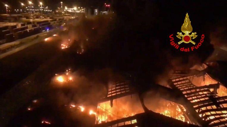 In de nacht van dinsdag op woensdag woedde een hevige brand in de haven van het Italiaanse Ancona.