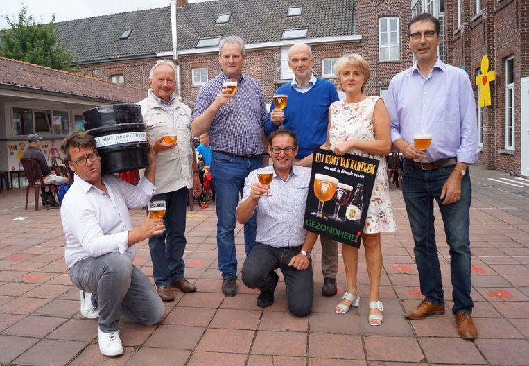 Het comité Kanegem Bebloemd brengt dertien jaar na het originele 'Hij Komt Van Kanegem'-bier een blonde versie van het bier op de markt