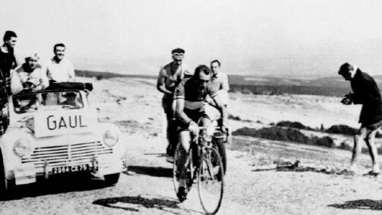 De Luxemburger Charly Gaul won op 13 juli 1958 de tijdrit van Bedouin naar de Mont Ventoux. Een weekje later zou hij de gele trui overnemen en die niet meer afstaan. (FOTO ANP) Beeld
