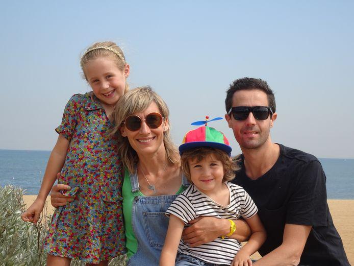 """Lieke Janssen uit Huissen met haar gezin in Australië. ,,Mijn partner Tristan werkt sinds maart thuis en onze dochter Pippa en zoon Midas krijgen nu voor de tweede keer een periode thuisonderwijs."""""""