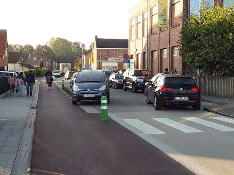 Chaotische toestanden aan de schoolpoort in Puivelde 's ochtends.