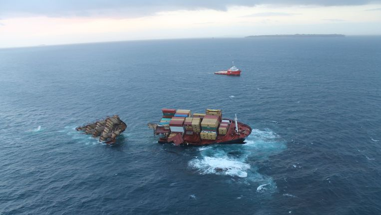Het in tweeën gebroken wrak van de Rena voor de kust van Nieuw-Zeeland, gefotografeerd in januari. Beeld REUTERS
