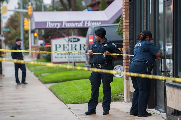 Politie bij Perry Funeral Home in Detroit, waar 63 foetussen werden gevonden.