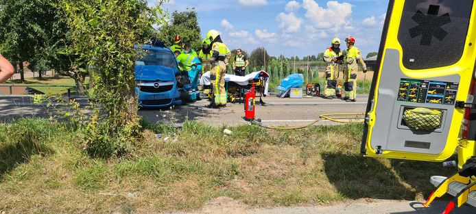 Hulpverlening na het ongeluk op de Heuningstraat in Ochten.