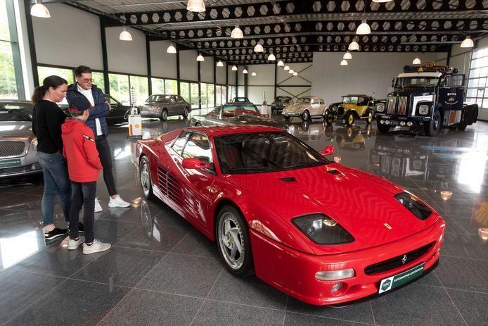Pronkstuk van de veiling: de rode Ferrari F512 M.