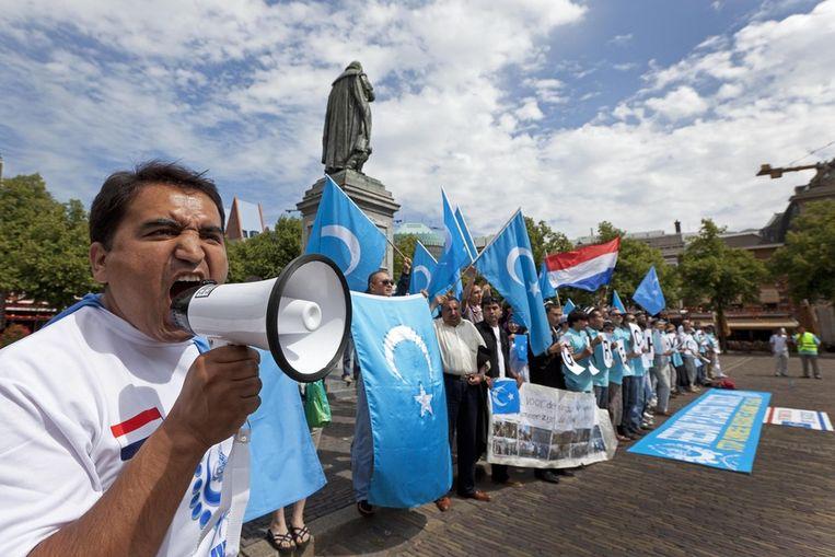 Leden van de Oeigoerse gemeenschap demonstreren in Den Haag tegen het harde optreden van de Chinese regering tegen Oeigoeren in dat land. Beeld ANP