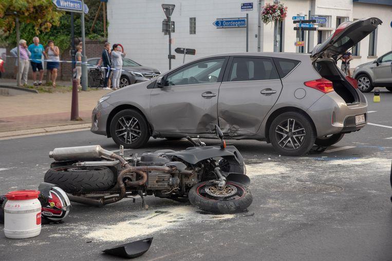 Motorrijder zwaar gewond bij aanrijding op het Dorpsplein in Massemen