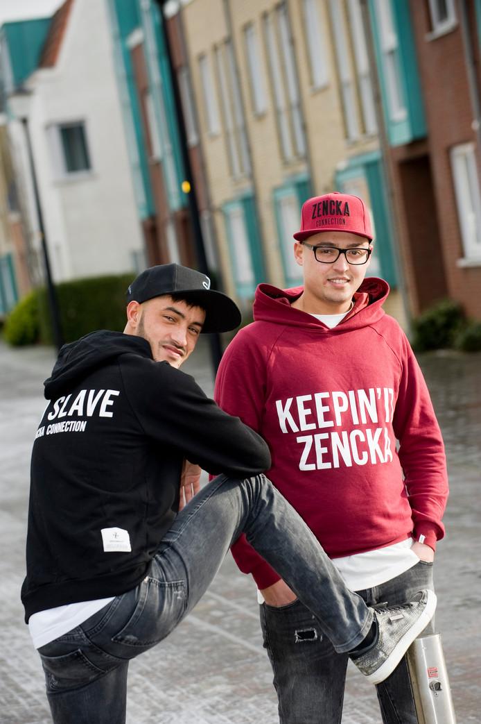 Ilias Dahri (links) en Abdennour Bourkha uit Culemborg in de merkkleding voor moslimjongeren.
