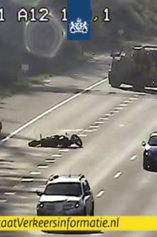 Motorrijder onderuit op A12 naar Arnhem: flinke file en twee rijstroken dicht