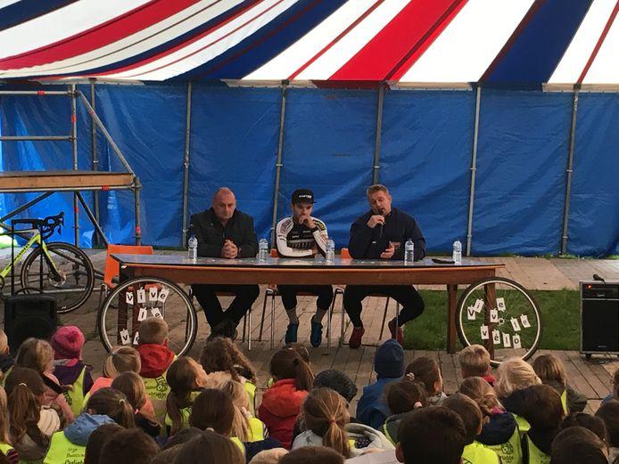 Roland Liboton, Gianni Vermeersch en Bart Wellens beantwoorden de vragen van de kinderen van de Vrije Basisschool Baliebrugge.