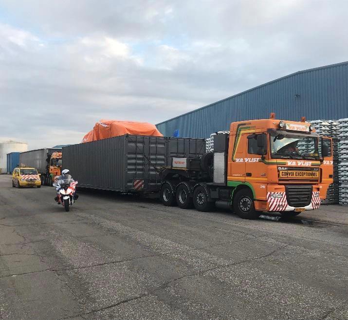 De twee delen van de gecrashte NH90 zijn in twee grote containers vanuit Vlissingen over de weg naar Gilze-Rijen gebracht.