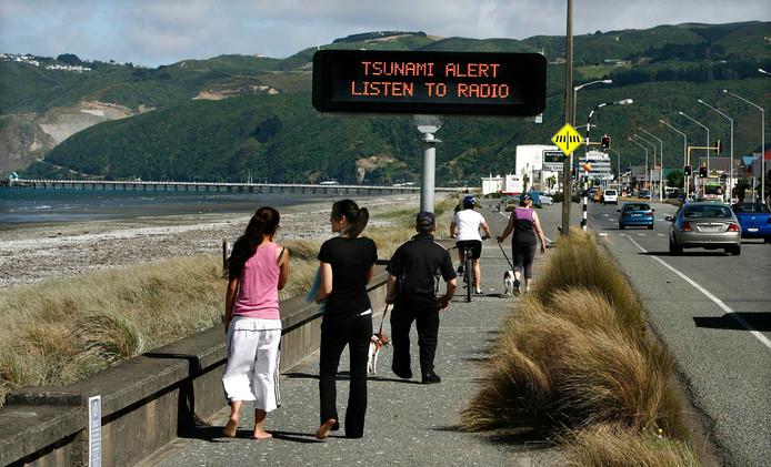 Mensen worden via een elektronisch bord gewaarschuwd voor een mogelijke tsunami in Nieuw-Zeeland. Archieffoto.