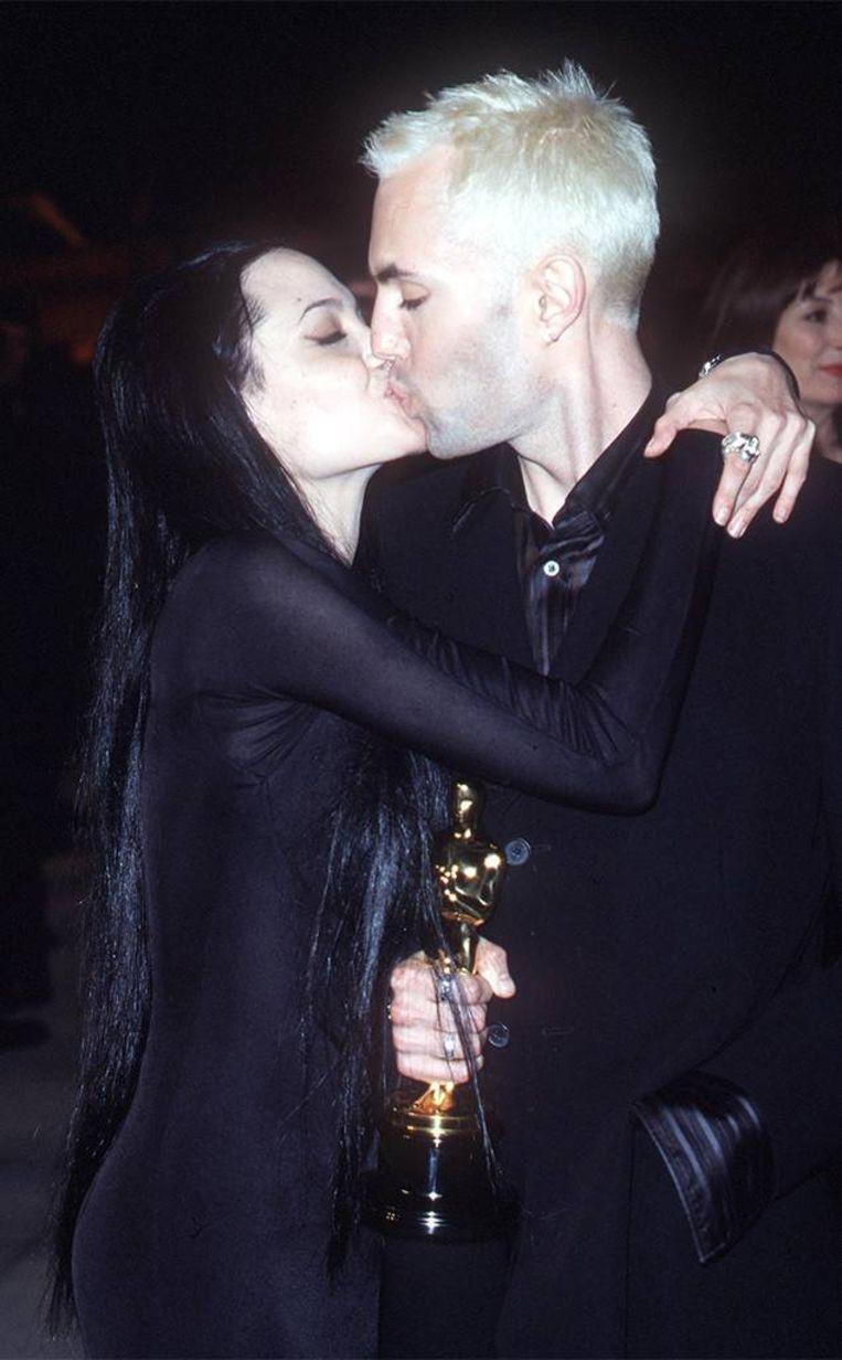Angelina Jolie kust haar broer vol op de mond.