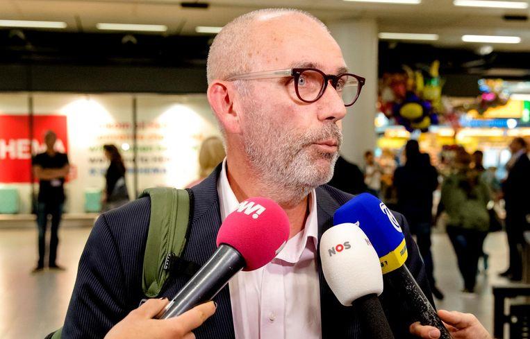 26 september 2016; Lagendijk staat bij terugkeer op Schiphol de pers te woord nadat hij van de Turkse autoriteiten geen toestemming kreeg om het land binnen te gaan. Beeld anp