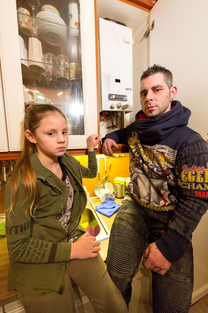 Bart den Braber met dochtertje Jesley (9) bij de geiser die koolmonoxide ging lekken.