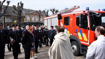 Twee brandweerwagens gezegend door pastoor